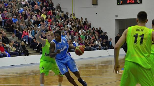 Z utkání BC Kolín - Levice (90:81).