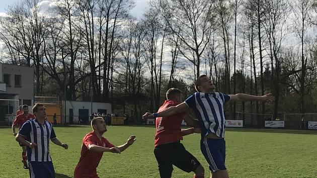 Český Brod (v modrém) porazil Ostrou až na penalty.