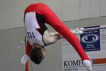 Daniel Radovesnický ukazuje své umění na hrazdě.