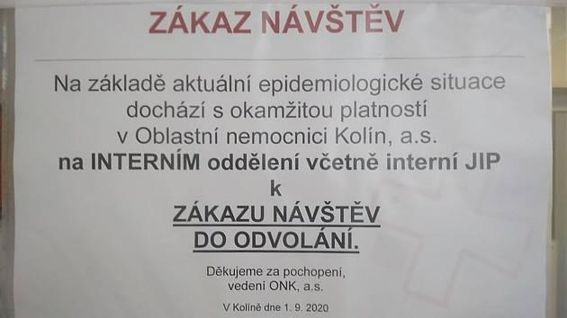 Zákaz návštěv na interním oddělení Oblastní nemocnice v Kolíně.