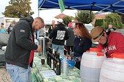 Lidé z Peček přišli okoštovat vína do Kremlova parku.