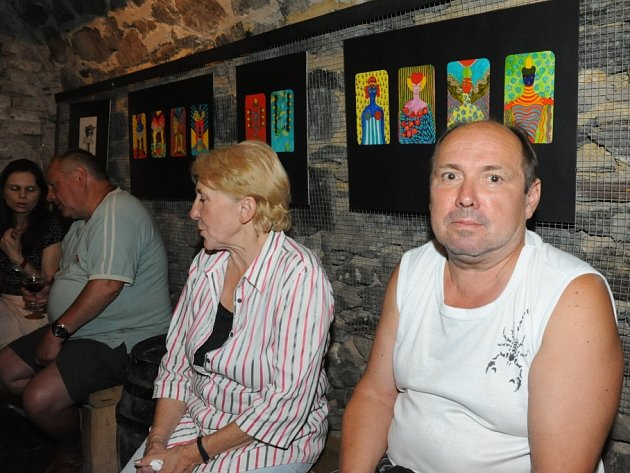 Nikola Nováková vystavuje mariášové karty