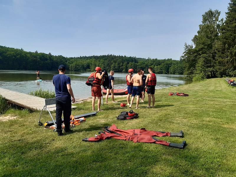 Z výcviku hasičů na klidné vodní hladině.