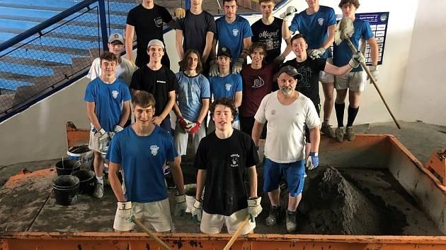 Hokejoví junioři Kolína si zpestřili přípravu nošením betonu