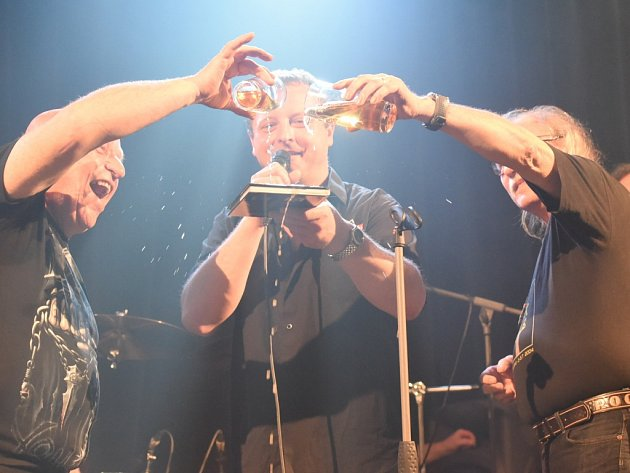 První z letošních výročních koncertů ke čtyřicetinám kapely Telegraf se uskutečnil předposlední dubnovou sobotu v sále Městského společenského domu v Kolíně.