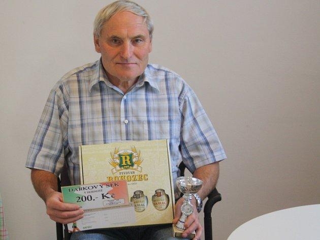Rudolf Dobiáš získal dárkový šek v hodnotě 200,-Kč do pizzeria Týna, volnou vstupenku na cvičení SlimBelly, karton piv značky Rohozec a pohár od firmy Sportforte.