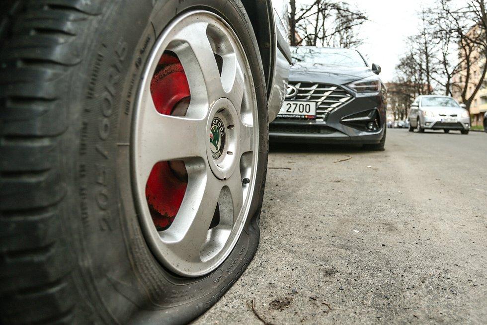 Propíchaná pneumatika auta zaparkovaného v Družstevní ulici v Kolíně.