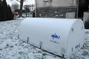 Město Kolín umístilo takzvané bezdomovecké iglú, tedy mobilní ubytovací systém, na zahradu ubytovny pro osoby bez přístřeší v Polepské ulici.