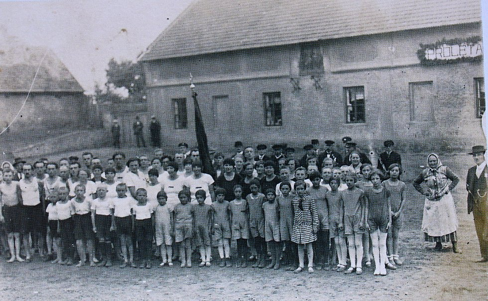 """V 30. letech 20. století se v Tatcích konaly tělocvičné slavnosti. Budova za dětmi se tehdy nazývala """"V písníku."""""""