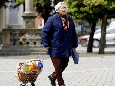 Seniory považují mnozí podvodníci za snadnou kořist. Policisté proto chtějí důchodcům připomínat nejkřiklavější případy a varovat je, jak si počínat, aby vykukům a lehkoživkům nesedli na lep.