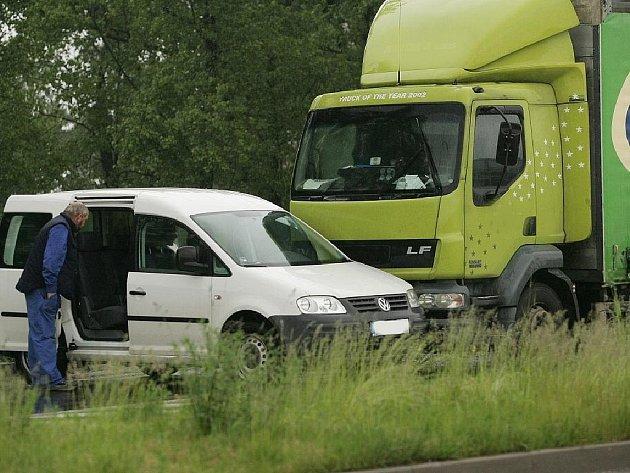 Dopravní nehoda na kruháku u Lidlu