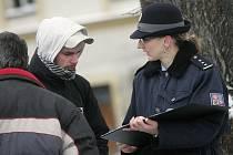 Policistky oslovovaly občany v Týnci nad Labem