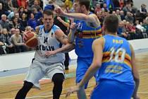 Z utkání BC Geosan Kolín - Jindřichův Hradec (96:73).