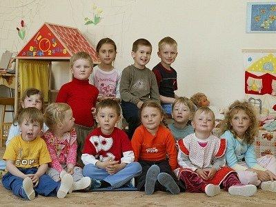 Mateřská škola Ohaře je jednotřídní. Má vlastní kuchyni. Kapacita třiceti dětí není momentálně naplněna. Zapsáno je osmnáct dětí, což umožňuje velmi individuální přístup. Děti jsou ve věku 3 až 6 let.