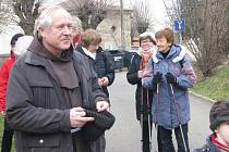 Poutníci vyšli od kostela v Drahobudicích směrem do zásmuckého kláštera
