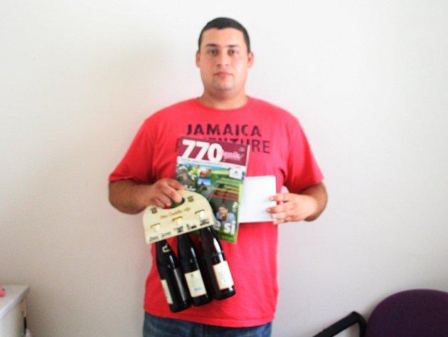 Pracovně zaneprázdněného Martina Píchu zastoupil Miroslav Pros a ten svému kamarádovi přivezl karton piv značky Rohozec, sázenku do sázkové kanceláře Chance a hrnek od vydavatelství VLP.