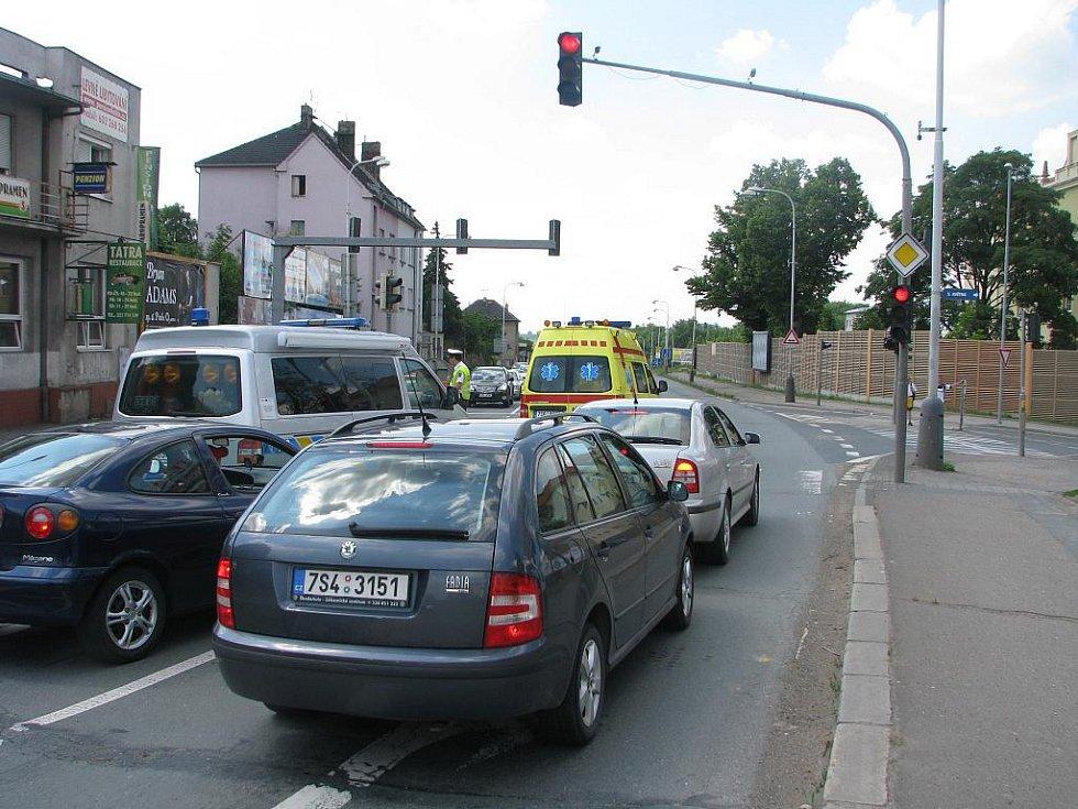 Nehoda osobního auta a chodkyně v Pražské ulici