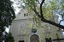 Průvodce představuje řadu památek Kolína, například i kapucínský klášter s kostelem Nejsvětější Trojice.