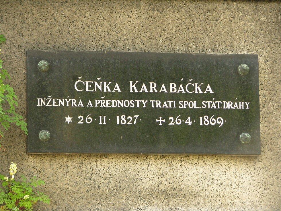 Náhrobky na centrálním kolínském hřbitově jsou uměleckými díly, tichými strážci lidských osudů, někde už jsou nápisy nečitelné, hroby opuštěné.