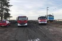 Jednotky nymburských a poděbradských hasičů zasahovaly ve spolupráci se Správou železnic Nymburk u spadlého trakčního vedení v obci Velký Osek na Kolínsku.