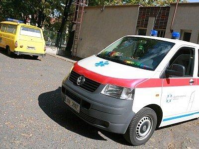 Vozový park kolínské nemocnice obsahuje jak moderní sanitní vozidla, tak postarší Škody 1203. Na ty si stěžují někteří pacienti.