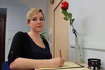 Před kolínskou radnicí bylo zřízeno pietní místo, kam mohou lidé přinášet květiny a svíčky v souvislosti s útokem v Londýně. Na budově zároveň visí britská zástava. Lidé mohou také podepsat kondolenční knihu, která je připravené na kontaktním místě Czech