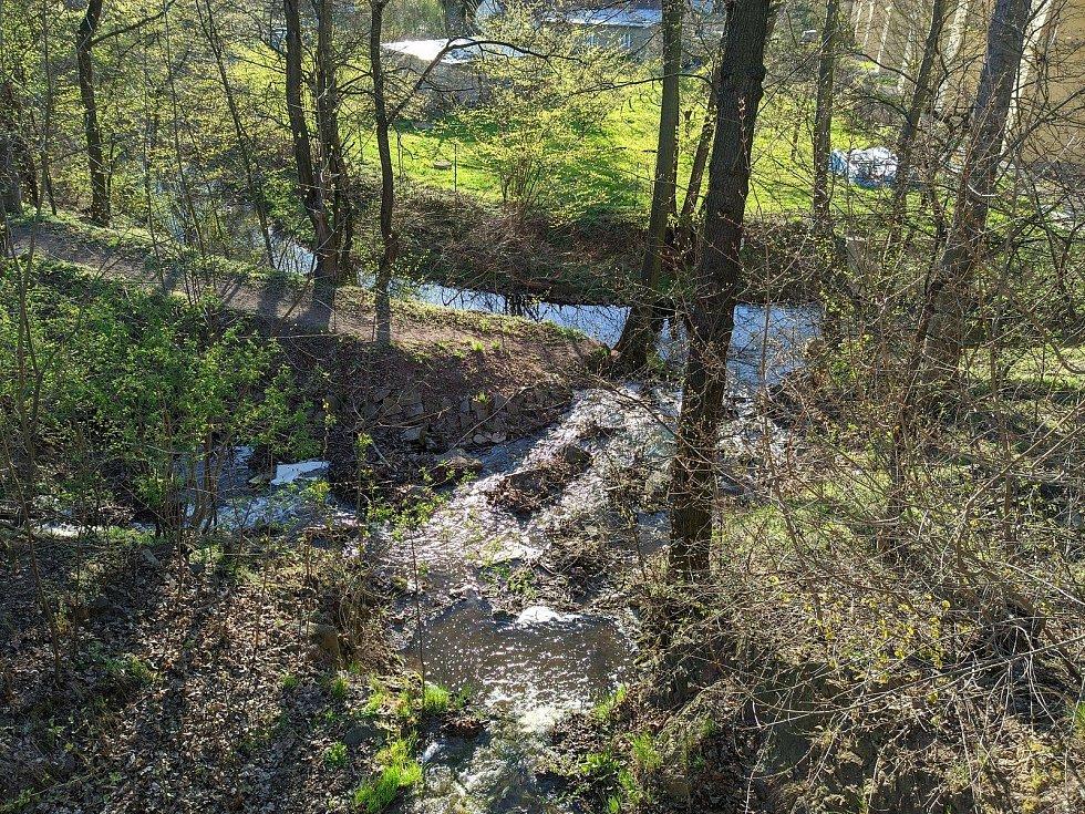Díky nové cestě a lávkám vznikne v Úvalech procházková trasa.