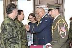 Generál Alan ocenil vojáky čestným odznakem štábního kapitána Václava Morávka.