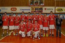 Lukáš Rovenský (třetí zprava) se s týmem Pardubic stal potřetí v řadě mistrem České republiky mezi kadety. Zlatou medaili si na krk pověsil i jeho otec Tomáš (nahoře vpravo), který byl vedoucím týmu.