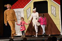 Z dětského představení 'O pejskovi a kočičce' ve velkém sále Městského společenského domu v Kolíně.