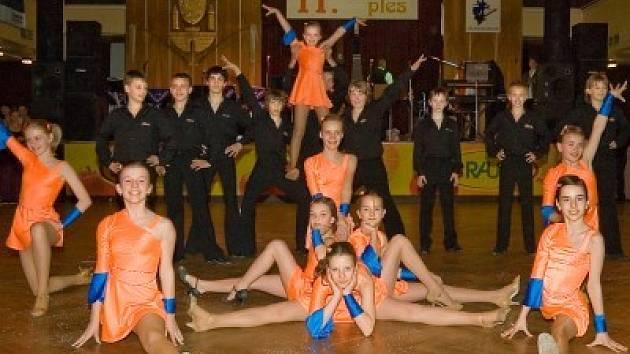 Taneční skupina Piškvorky po plesovém vystoupení v kolínském Městském společenském domě.