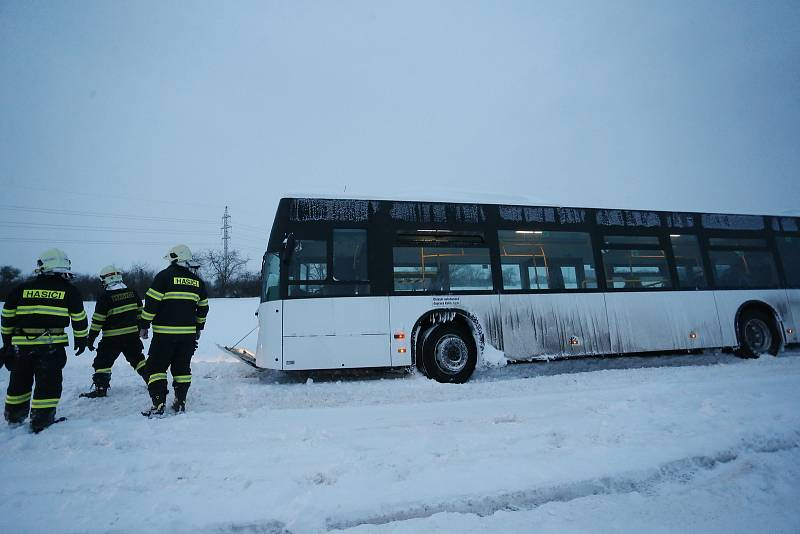 Zapadlý autobus mezi obcemi Veltruby a Hradištko 1 na Kolínsku museli v pondělí 8. února ráno vyprošťovat hasiči.
