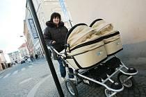 Maminky s kočárky v kolínských ulicích.