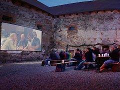 Promítání letního kina na tvrzi v Nebovidech