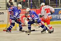 Kolínští hokejisté Lukáš Skokan (vlevo) a Pavel Šifta (vpravo) bojují před brankou soupeře.