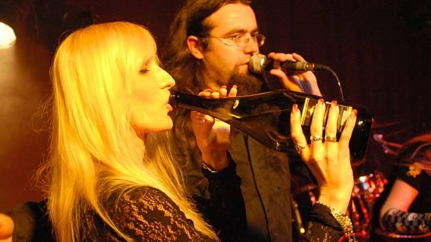 Alžbětiny sosny gratulovaly ke křtu nového CD skupiny Komat.