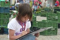 Žáci páté třídy 4. Základní školy v Kolíně se snaží zachytit Karlovo náměstí