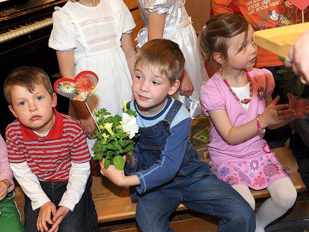 Besídku k nastávajícímu Dni matek uspořádaly ve čtvrtek odpoledne učitelky z kolínské mateřské školy ve Štítného ulici.