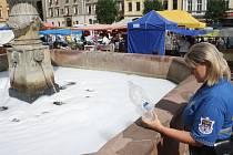 Pěna v kašnách na kolínském náměstí