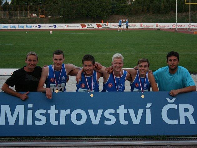 Mistři ČR a noví držitelé českého rekordu na 4x60 m - Štěpán Šanc, Jiří Kraus, Dominik Holub a Stanislav Jíra s trenéry Antonínem Morávkem (vlevo) a Martinem Radikovským (vpravo).