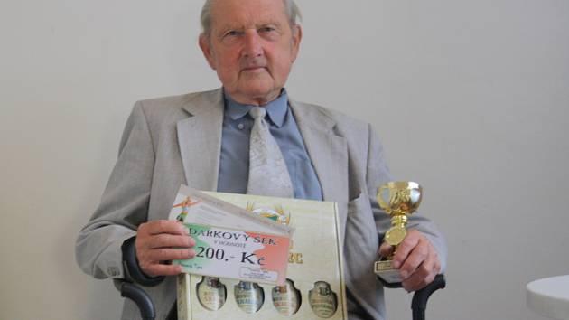 Vítězslav Holík získal dárkový šek v hodnotě 200,-Kč do pizzeria Týna, volnou vstupenku na cvičení SlimBelly, karton piv značky Rohozec a pohár od firmy Sportforte.