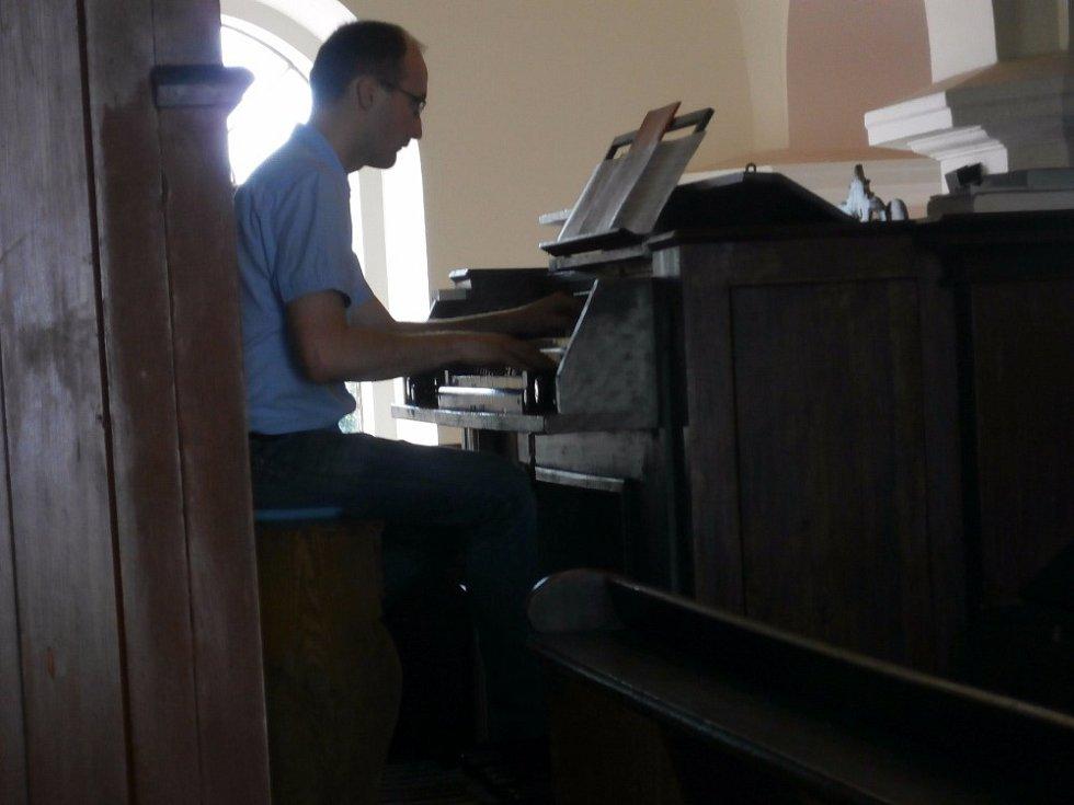 Setkání v evangelickém kostele ve Velimi