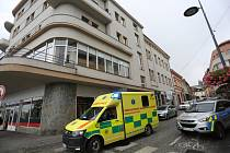 Policie a zdravotníci na místě rvačky se zraněním v pátek 27. srpna 2021.