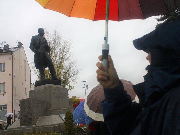 Ke stému výročí založení Československa odhalili Pečky sochu prvního prezidenta Tomáš Garrigue Masaryka. Po slavnostním ceremoniálu kolem sochu zůstávali lidé, kteří se s ní chtěli na památku vyfotografovat.