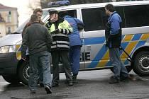 Přecházející žena skončila po srážce s automobilem v nemocnici. 26.2. 2009
