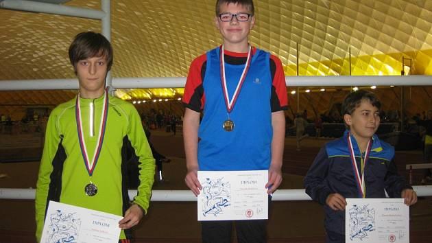 David Batelka (uprostřed) při vyhlášení výsledků v běhu na 150 metrů, kde získal zlatou medaili. Vpravo je třetí Šimon Kratochvíl.