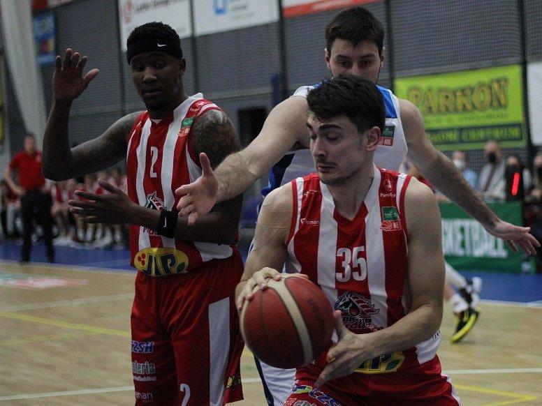 Z utkání 3. kola nadstavbové části BC Kolín - Pardubice (95:89).