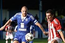Michal Kouřil (vlevo) bojuje o míč s Janem Štočkem.