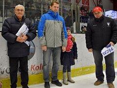 Vedení kolínského klubu před derby s Nymburkem poděkovalo dvěma významným mužům své historie – Aleši Adamcovi (vlevo) a Tomáši Pácalovi (druhý zleva) za své služby.