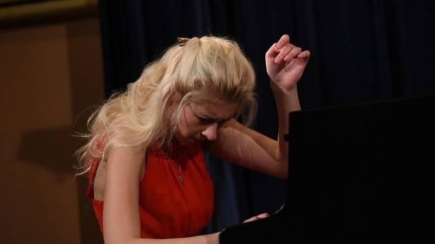 Z koncertu klavíristky Johanny Hanikové v rámci cyklu Kruh přátel hudby v Kolíně.